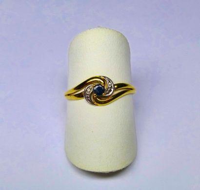 Bague bicolore anneau mouvementé sertie d'un...