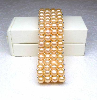 Un bracelet 4 rangs en perles de culture...