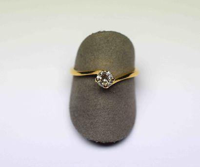 Un solitaire or jaune serti d'un diamant...