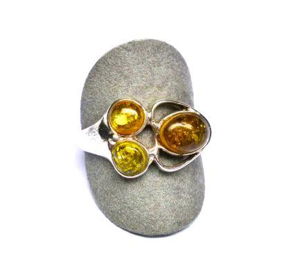 Bague en argent ornée de 3 pierres d'ambre...