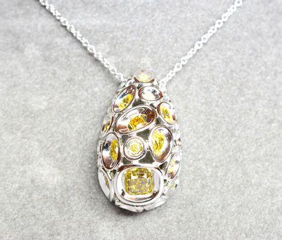 Pendentif or blanc serti alvéolé de 20 diamants...