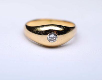 Bague jonc or jaune centré d'un diamant rond...