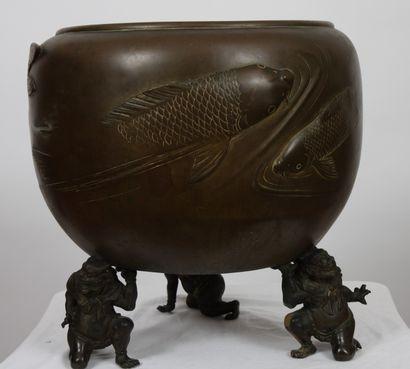 CACHE POT EN BRONZE JAPONAIS  Bronze patiné,...