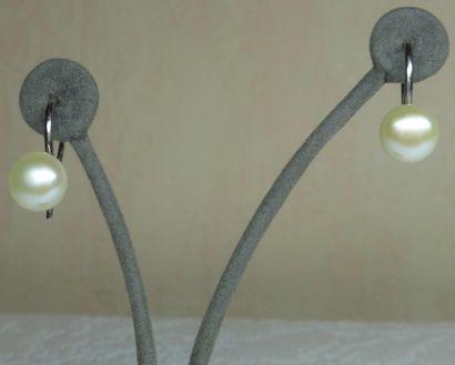 Une paire de boucles d'oreilles en Perles...
