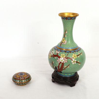ENSEMBLE DE CLOISONNÉS :  -Vase au col haut...