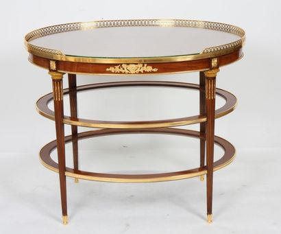 RARE ET IMPORTANTE TABLE DE SALON LOUIS XVI ATTRIBUEE A KRIEGER  De forme ovale...