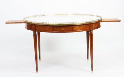 RARE ET IMPORTANTE TABLE BOUILLOTTE LOUIS XVI  En acajou et placage d'acajou, ouvrant...