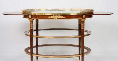 RARE ET IMPORTANTE TABLE DE SALON LOUIS XVI ATTRIBUEE A KRIEGER  En acajou et placage...