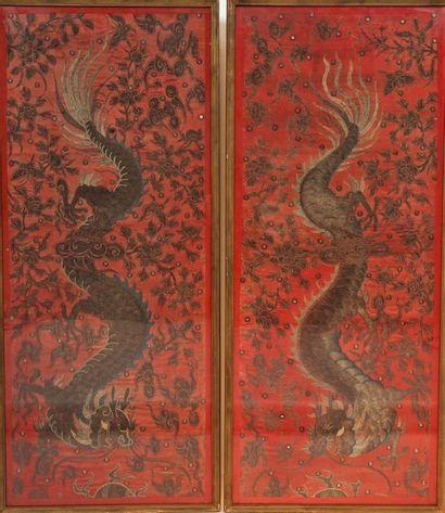 Paire de grands textiles brodés de deux dragons...