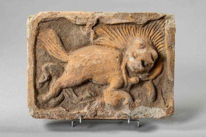 Brique funéraire moulée d'une chimère leonesque....