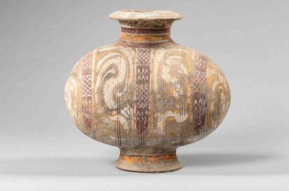 Vase cocon en terre cuite décorée de rinceaux...