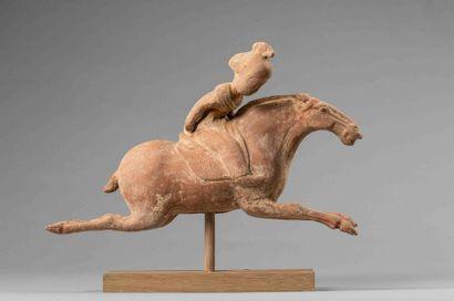Joueuse de polo figurée en action chevauchant...