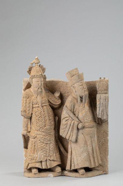 Haut relief de sanctuaire sculpté de deux...