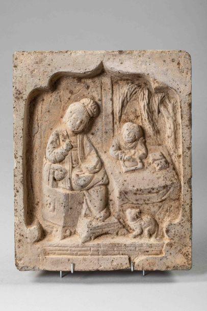 Brique funéraire illustrant deux personnages...
