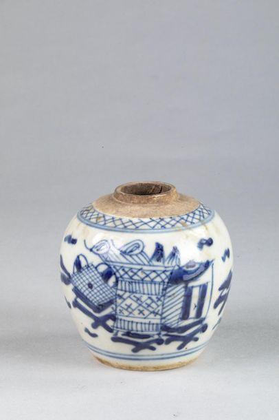 Petit pot globulaire en porcelaine blanche...