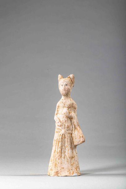 Dame de cour vêtue d'une longue robe plissée...