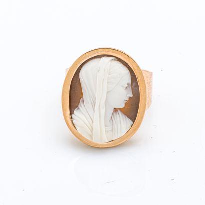 Bague chevalière en or rose 18 carats (750 millièmes) ornée d'un camée sur cornaline...