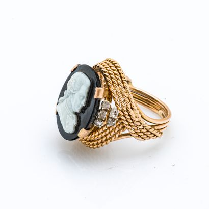 Ring in 18K yellow gold (750 thousandths) holding a cast glass cameo depicting a...