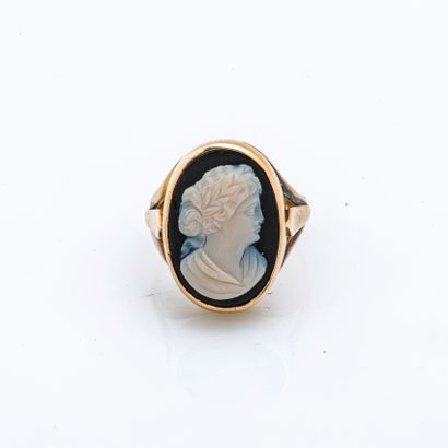 18 karat (750 thousandths) yellow gold signet ring set with a cameo on onyx depicting...