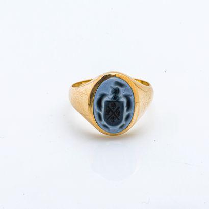 Chevalière en or jaune 18 carats (750 millièmes) gravée d'armoiries sur agate bleue...