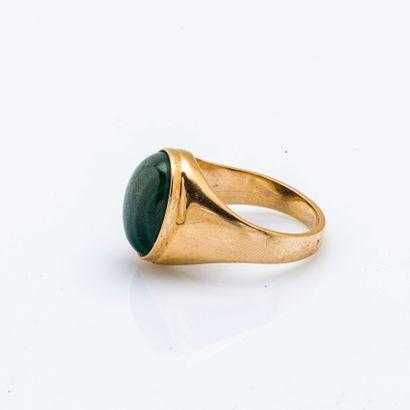 Chevalière en or jaune 18 carats (750 millièmes) ornée d'un cabochon de malachite....