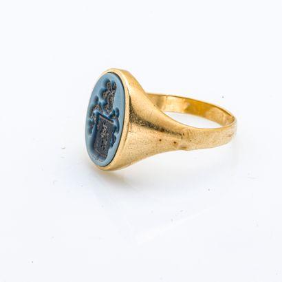 Chevalière en or jaune 18 carats (750 millièmes) gravée d'armoiries sur agate bleue,...