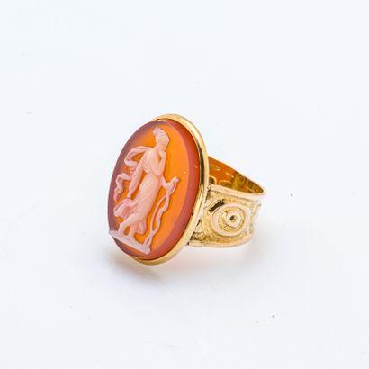 Bague en or jaune 18 carats (750 millièmes) ornée d'un camée en cornaline figurant...