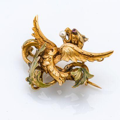 Broche en or jaune 18 carats (750 millièmes) stylisant une chimère ailée retenant...