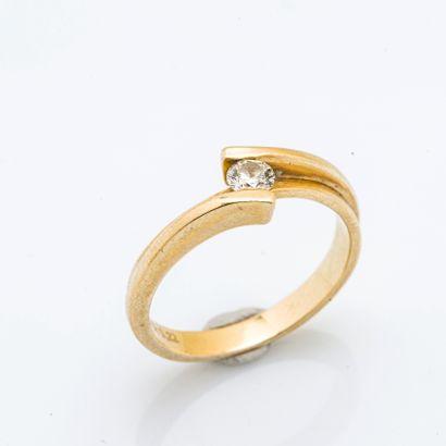 Bague en or jaune 18 carats (750 millièmes) sertie d'un diamant rond.  Taille de...
