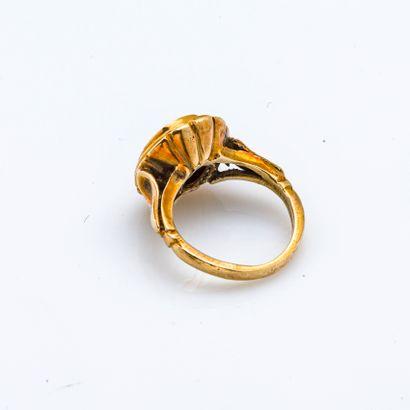 Bague en or jaune 18 carats (750 millièmes) ornée d'une intaille sur cornaline figurant...
