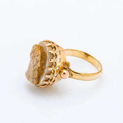 Bague en or jaune 18 carats (750 millièmes) ornée d'un camée orcre figurant deux...