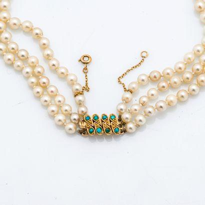 DRABKINN Georges Collier trois rangs de perles de cultures, le fermoir en or jaune...