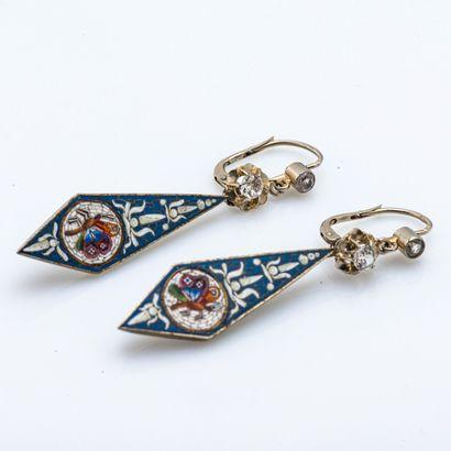 Paire de pendants d'oreilles en métal retenant...