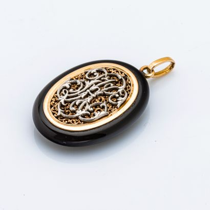 Pendentif en or jaune 18 carats (750 millièmes) orné d'un camée sur onyx figurant...