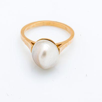 Bague en or jaune 18 carats (750 millièmes) ornée d'une perle fine de 10 mm.  Taille...