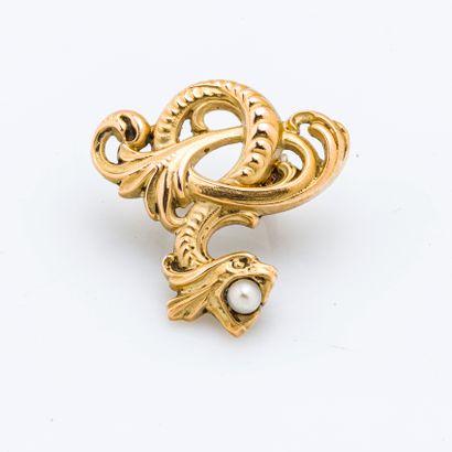 Clip en or jaune 18 carats (750 millièmes) stylisant un dragon retenant une perle...