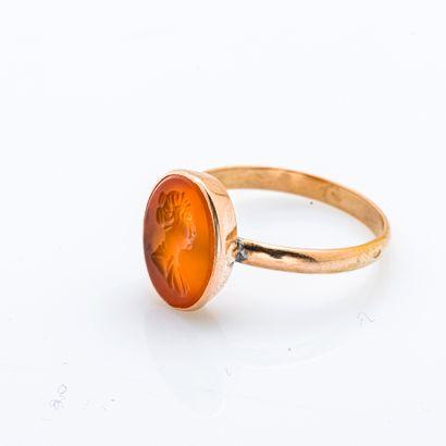 Bague en or jaune 18 carats (750 millièmes) ornée d'une intaille de cornaline figurant...