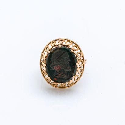 Bague en or jaune 14 carats (585 millièmes) ornée d'une intaille en jaspe sanguin...