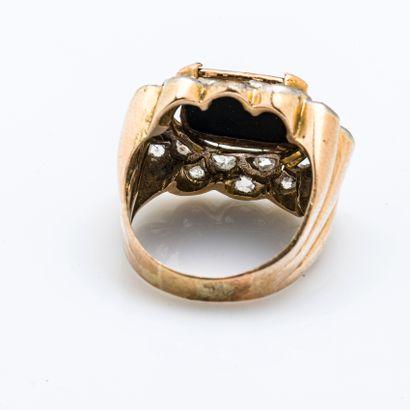 Bague chevalière en or jaune 18 carats (750 millièmes) et platine (950 millièmes)...