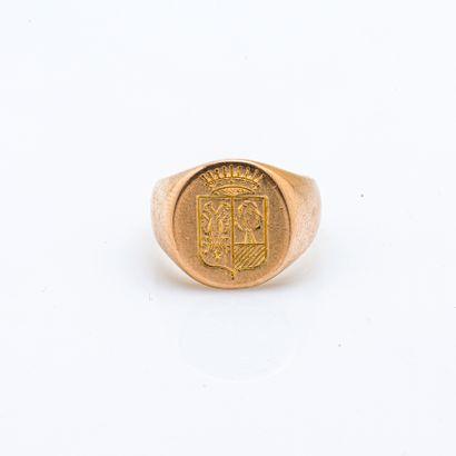 """Chevalière en or jaune 18 carats (750 millièmes) gravée d'armoiries """"parti au premier..."""