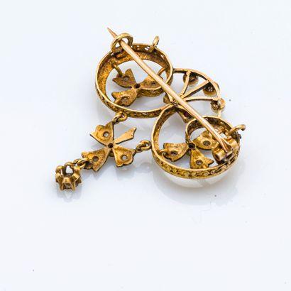 Broche en or jaune 18 carats (750 millièmes) à décor de volutes symètriques rehaussées...