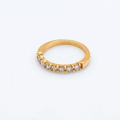 Demi-alliance en or jaune 18 carats (750 millièmes) sertie de sept diamants taillés...