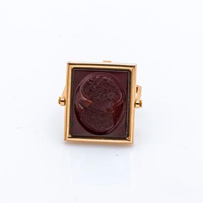 Pendentif pivotant en or jaune 18 carats (750 millièmes) orné d'une agate gravée...