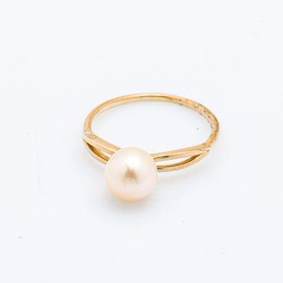 Bague solitaire en or jaune 9 carats (375 millièmes) ornée d'une perle de culture...
