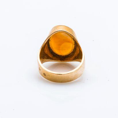 Chevalière en or jaune 18 carats (750 millièmes) gravée d'armoiries sur agate brune,...