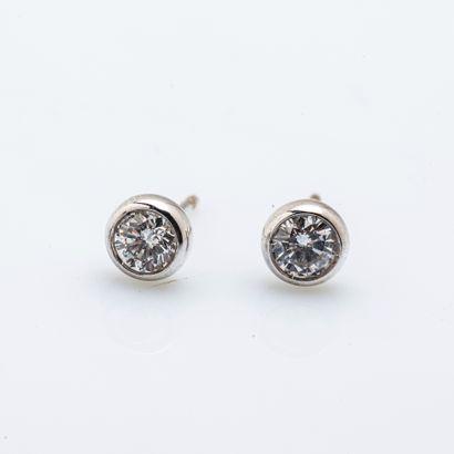 Paire de puces d'oreille en or gris (750...