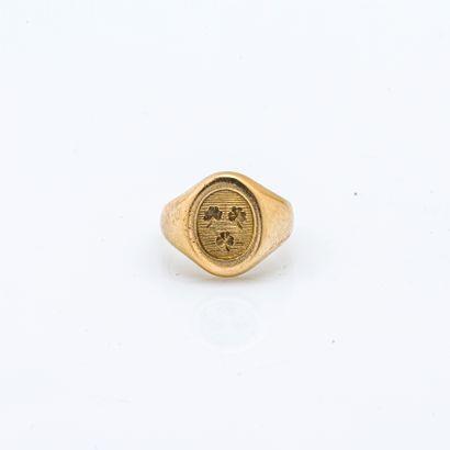 """Chevalière de dame en or jaune 18 carats (750 millièmes) gravée d'armoiries """"de..."""