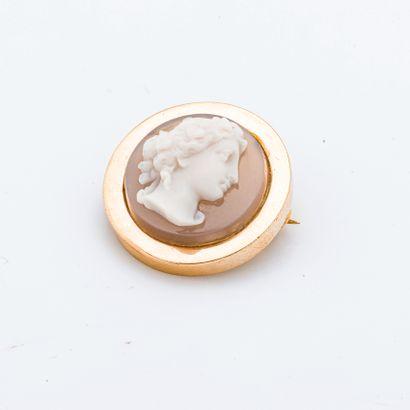 Broche en or jaune 18 carats (750 millièmes) de forme ronde ornée d'un camé en agate...