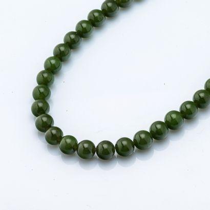 Collier ras de cou en perles de jade néphrite,...