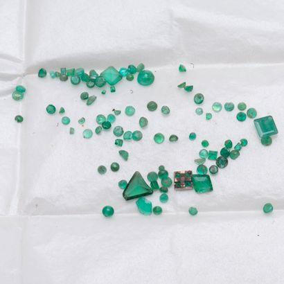 Lot d'émeraudes et pierres vertes sur papier,...